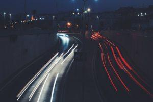 Lichtstrepen vanaf een brug