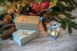 Pakjes onder een kerstboom